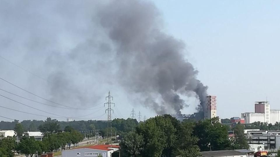 A smoke pillar rises from the violent fire that broke out after the silo explosion in Strasbourg. Photo: Twitter